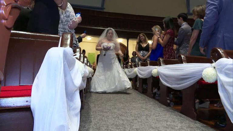 Mulher que perdeu braços e pernas entra andando em igreja para o seu próprio casamento