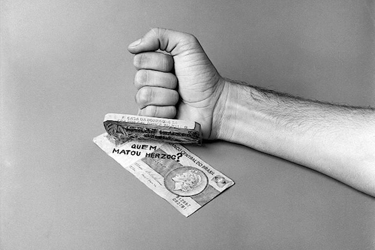 mão carimba cédula de dinheiro