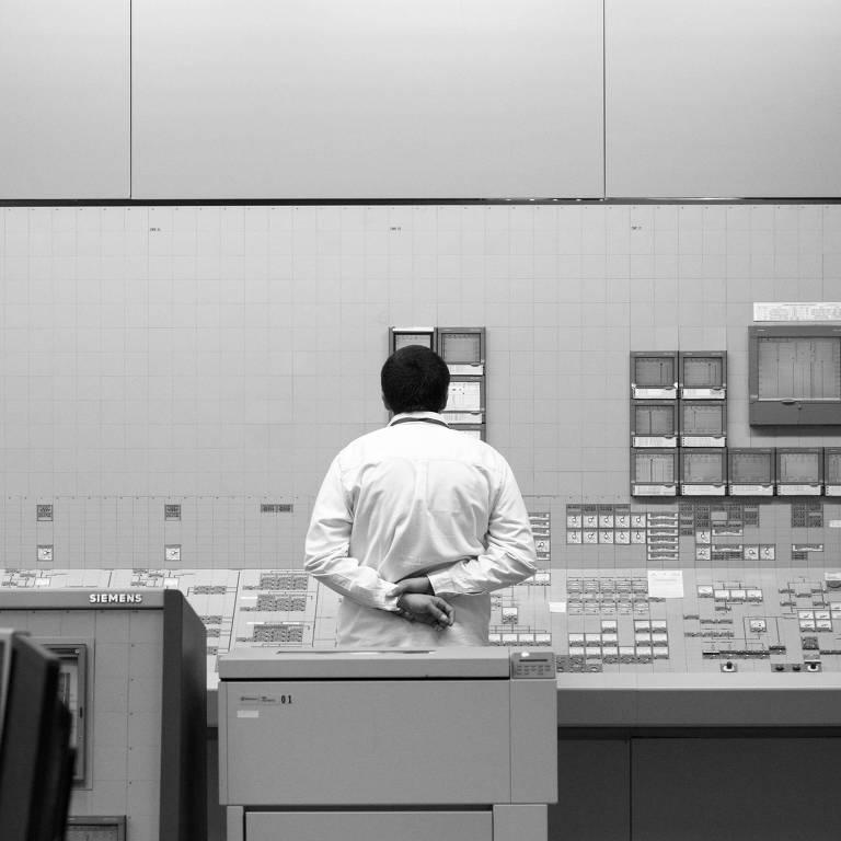 homem dentro de usina nuclear