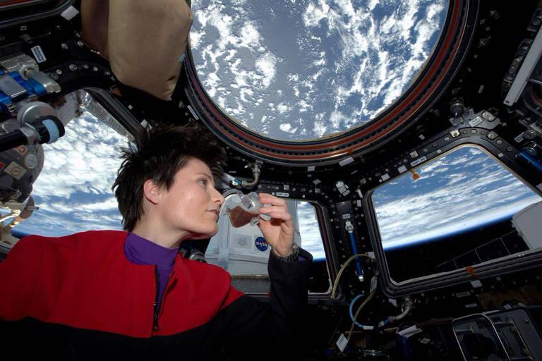 Na ISS, em 2015, astronauta italiana Samantha Cristoforetti toma café expresso