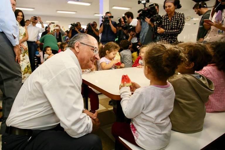 Geraldo Alckmin (PSDB) e Antonio Anastasia (PSDB) visitam crianças do Lar de Antonio Tereza, entidade de educação infantil de Belo Horizonte
