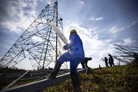 (180822) -- MINAS GERAIS, agosto 22, 2018 (Xinhua) -- Imagen del 7 de agosto de 2018 de empleados de la empresa china Shandong Electric Power Construction Corporation 1 (SEPCO1) trabajando en la construcción de la segunda línea de transmisión de ultra-alta tensión en Brasil, cerca de Arcos, estado de Minas Gerais, Brasil. La compañía china Shandong Electric Power Construction Corporation 1 (SEPCO1) da forma e imprime rapidez en la construcción de la segunda línea de transmisión de ultra-alta tensión a instalarse en Brasil, para llevar la energía generada en la central hidroeléctrica de Belo Monte, en el estado de Pará (norte), a Río de Janeiro (sureste). La SEPCO1 trabaja en dos lotes del proyecto denominado Bipolo II, en los estados de Tocantins (noreste), donde está el Lote 5, y Minas Gerais (sureste), donde está el Lote 9. Cuando la línea esté finalizada tendrá 2.518 kilómetros de extensión, una de las mayores de ultra-alta tensión del mundo, con tecnología llevada por la empresa china State Grid, que ganó la concesión para construir la mega línea. (Xinhua/Li Ming) (rtg) (ah)