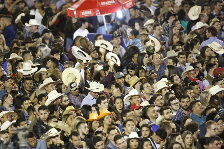 Público dentro da arena de rodeio na Festa do Peão de Barretos