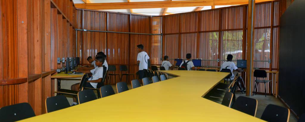 Mesa amarela que corta toda a sala de estudos de escola rural no Tocantins