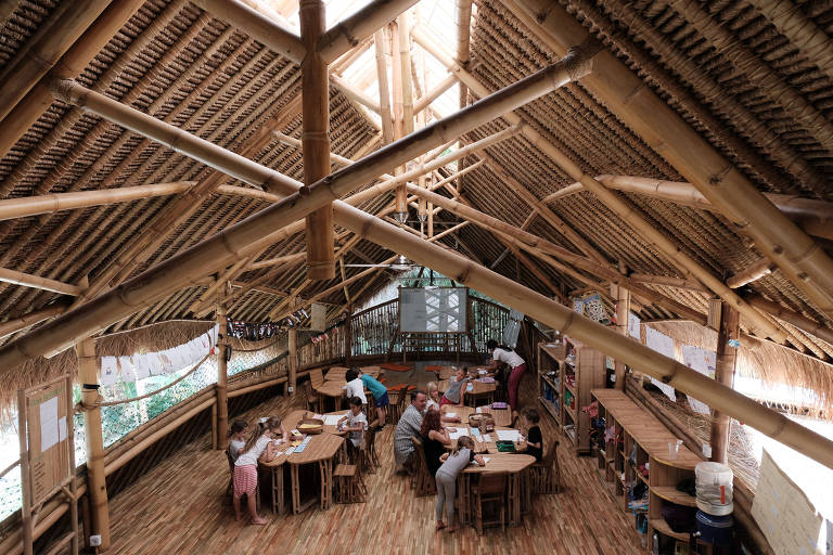 Sala de aula sem paredes nem fileiras de carteiras na Green School (Escola Verde) em Bali, Indonésia