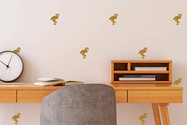 Os padrões criados pelos adesivos são fáceis de aplicar e renovam o ambiente Para criar um padrão, algumas lojas vendem cartelas já cortadas (Adesivo Decorativo Flamingo 60x30cm Dourado - Leroy Merlin - R$ 49,90)