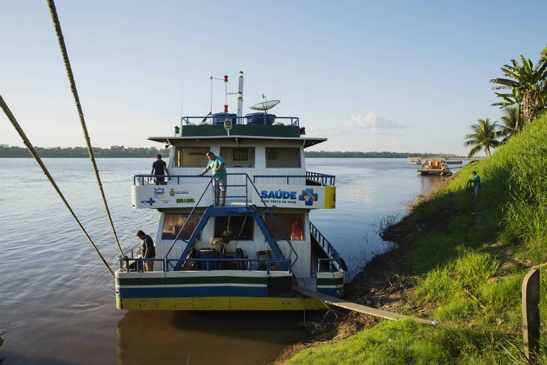 Unidade Básica de Saúde Fluvial atracada no porto em Borba, no Amazonas