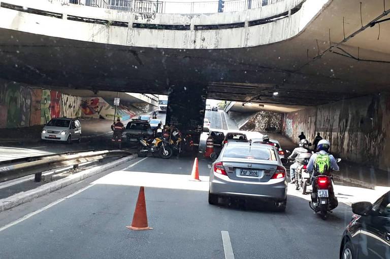 Caminhão entala em São Paulo, na passagem subterrânea que dá acesso à av. Paulista