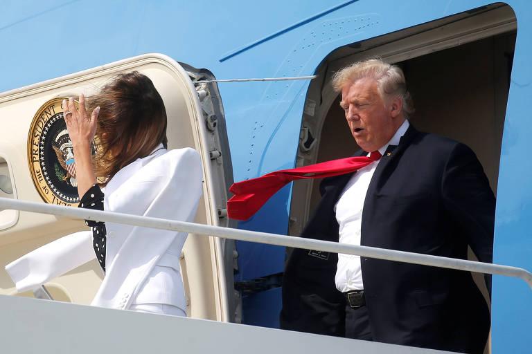 A primeira-dama dos EUA, Melania Trump, e o presidente Trump desembarcam do Air Force One em Columbis (Ohio) nesta sexta (24)