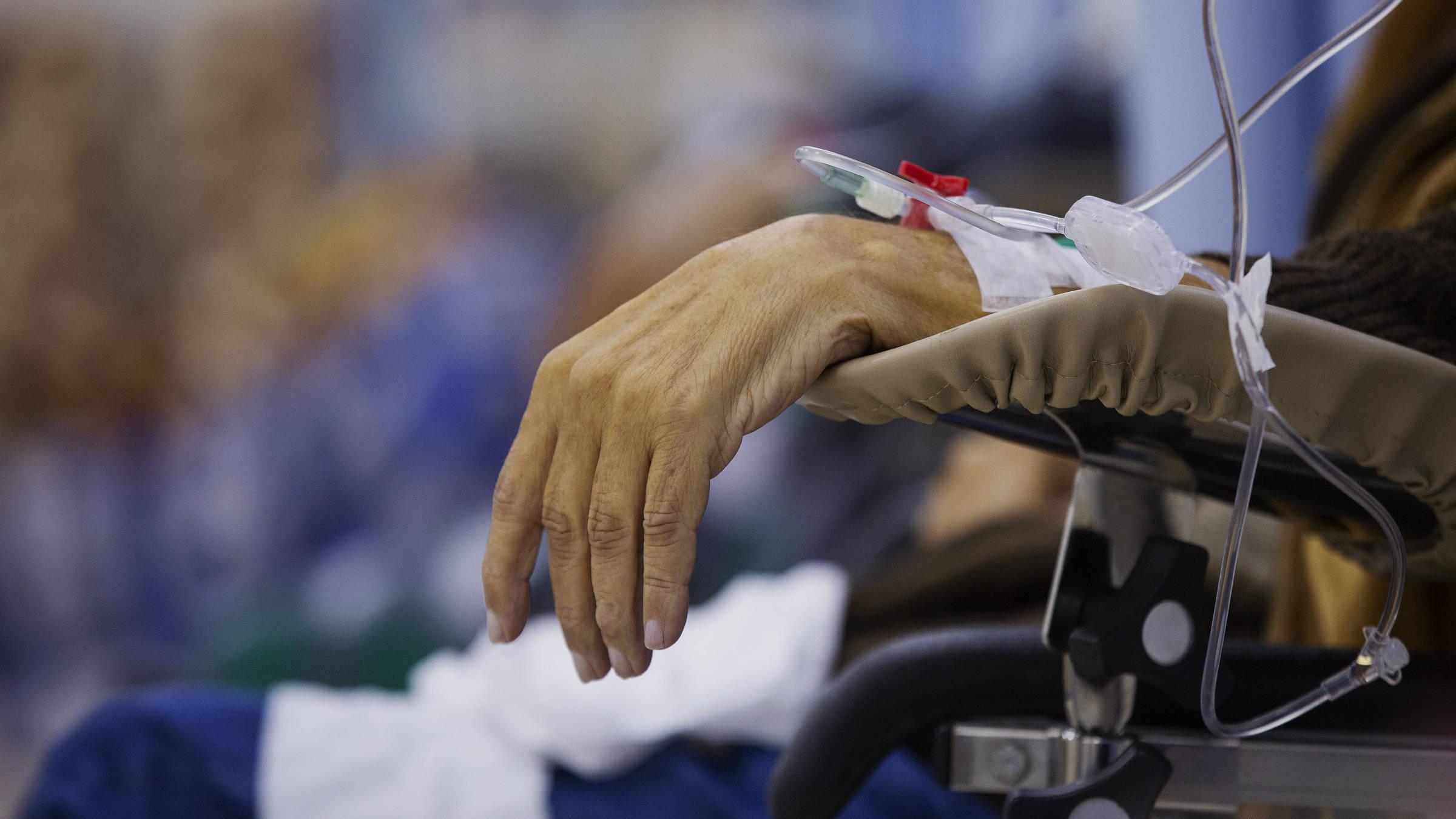 Pacientes com câncer fazem sessão de quimioterapia no Hospital Heliópolis em São Paulo.  Foto: Lalo de Almeida/ Folhapress