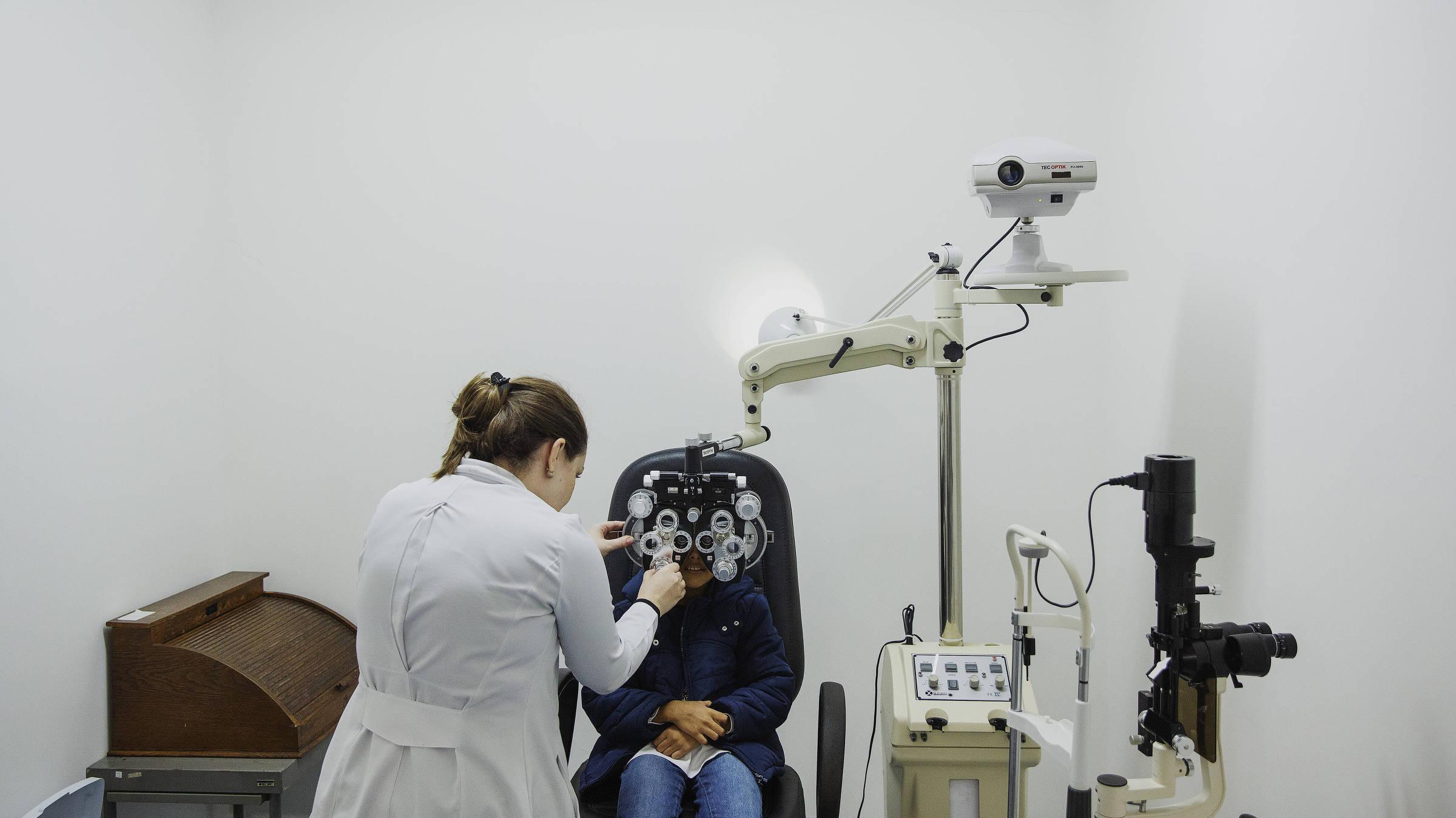 Paciente e examinada por médica oftalmologista em um consultório da Rede Hora Certa na Vila Prudente, na região leste de São Paulo
