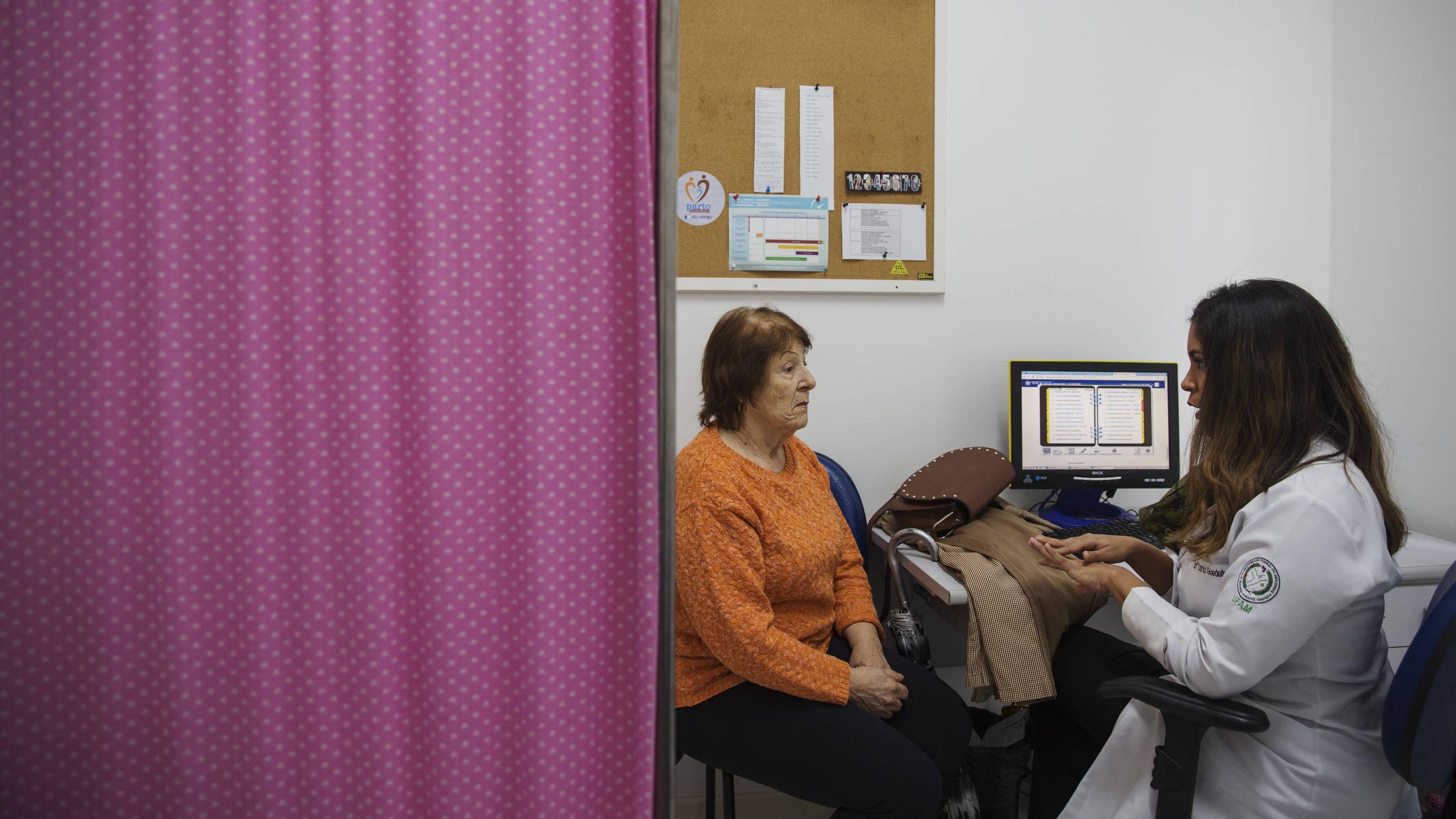 A enfermeira Carla Sousa Guedelha atende paciente no centro de saúde Itacorubi, em Florianópolis. Foto: Lalo de Almeida/ Folhapress
