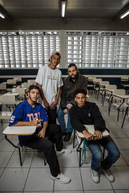 Quatro homens posam dentro de uma sala de aulas da Etec Jaraguá
