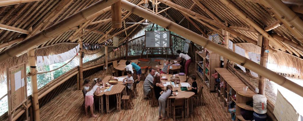 Sala de aula sem paredes ou fileiras de carteiras na Green School (Escola Verde) em Bali, na Indonésia