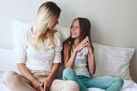 Mom with tween daughter DIREITOS RESERVADOS. NÃO PUBLICAR SEM AUTORIZAÇÃO DO DETENTOR DOS DIREITOS AUTORAIS E DE IMAGEM