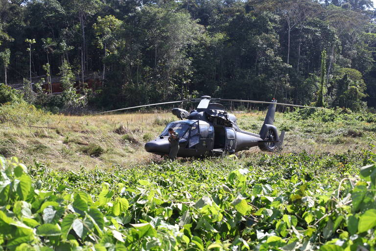 helicoptero com General Dutra sobrevoa terra indígena ianomami, Roraíma