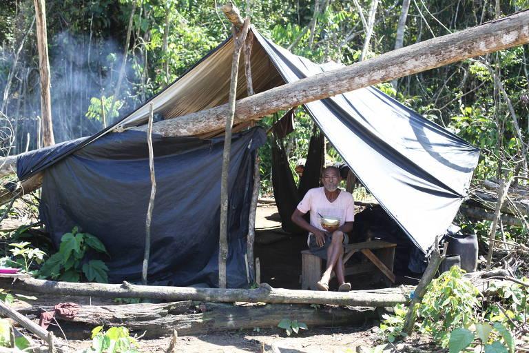 Garimpeiro no Brabinho da Iolanda no rio Uraricoera, terra indígena ianomâmi, em Roraima