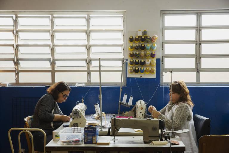 Usuárias participam de oficina de costura no Nutrarte , Núcleo de Trabalho e Arte, da prefeitura de São Bernardo do Campo.