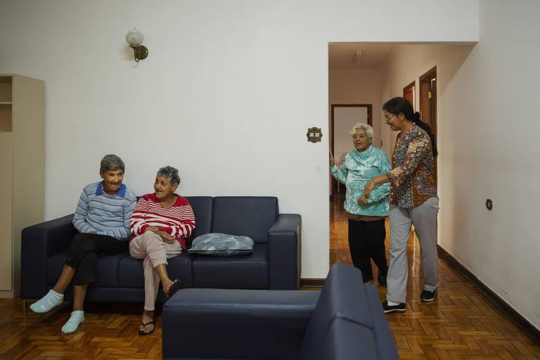 Enfermeira cuida de paciente na Residência terapêutica da prefeitura de São Bernardo do Campo.