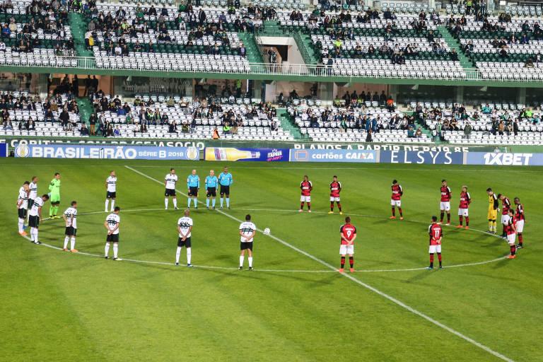 Jogadores de Coritiba e Oeste respeitam um minuto de silêncio durante homenagem a Otavio Frias Filho, nesta sexta (24)