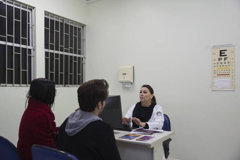 A enfermeira Andrea Paula Hass faz uma consulta de aconselhamento antes de realizar um teste rápido de HIV em um paciente no Policlínico Centro em Florianópolis.