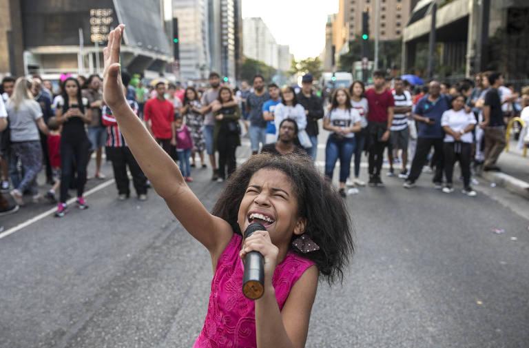 Vitoria de Deus, 10, faz show na avenida Paulista em um domingo de agosto