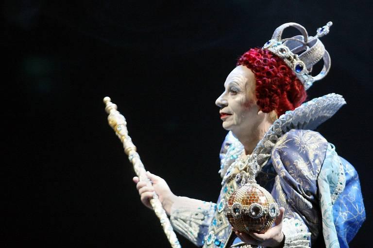 """Kemp, vestido como a rainha Elizabeth I, em ensaio do espetáculo """"""""Elizabeth's Last Dance"""", em 2005"""