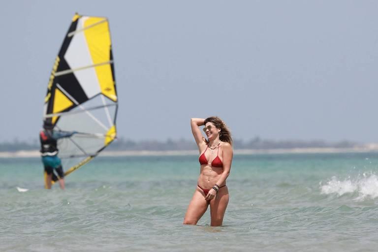 Flávia Alessandra em praia de Jericoacoara