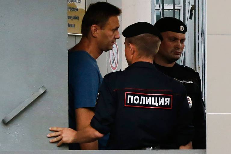 O líder de oposição Alexei Navalni em delegacia em Moscou depois de ser detido neste sábado (25)