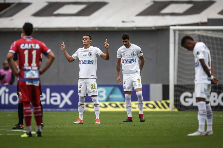 Jogadores fazem um minuto de silêncio na Vila Belmiro em homenagem a Otavio Frias Filho, diretor de Redação da Folha, morto nesta semana, antes do jogo entre o Santos, que era o time de sua preferência, e o Bahia