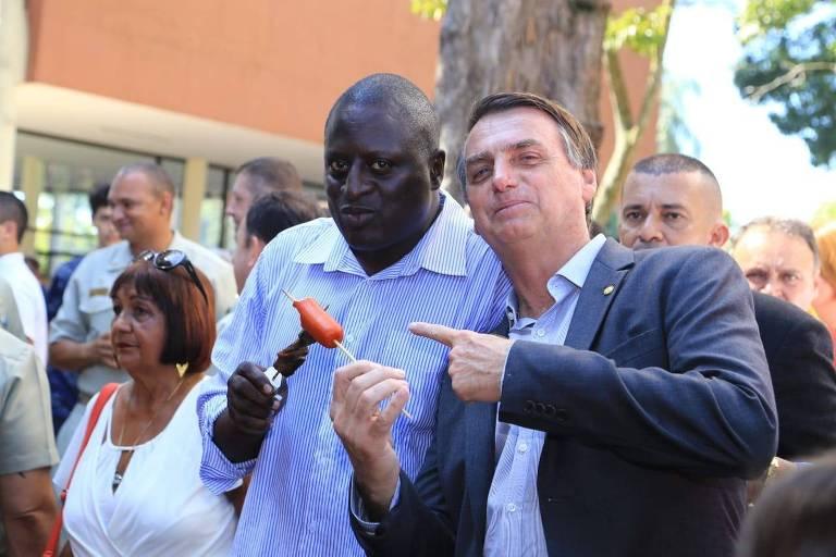 O candidato a deputado federal pelo RJ Helio Bolsonaro junto a Jair Bolsonaro