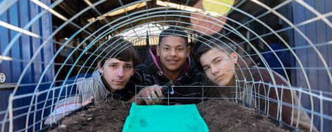 Viamão, RS, BRASIL, 21.08.2018 - Os alunos  Daniel Silva, de 16 anos(E) e Lucas Rodrigues, 16 anos(C) e Gustavo Silva, de 15 anos(D) fizeram um projeto de robótica na escola rural Zeferino Lopes de Castro, em Viamão. No projeto, os estudantes fazem um protótipo para compreender os insumos e ferramentas na agricultura. FOTO: MARCOS NAGELSTEIN