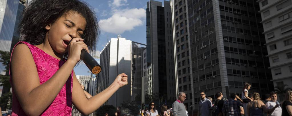 Vitoria de Deus, 10, canta e prega na avenida Paulista