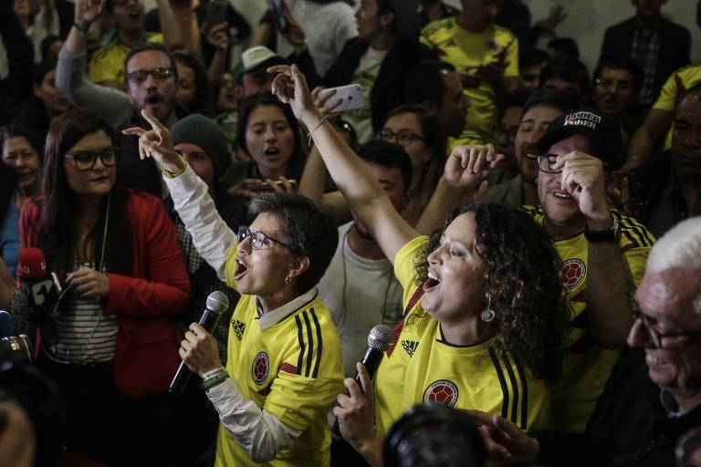 Apoiadores do referendo anticorrupção se manifestam após fim da votação