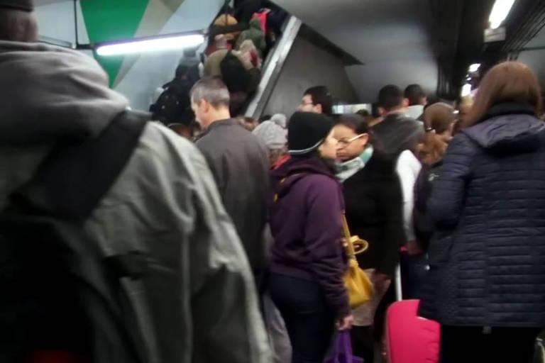 Fila na entrada da estação metrô Portuguesa-Tietê em São Paulo