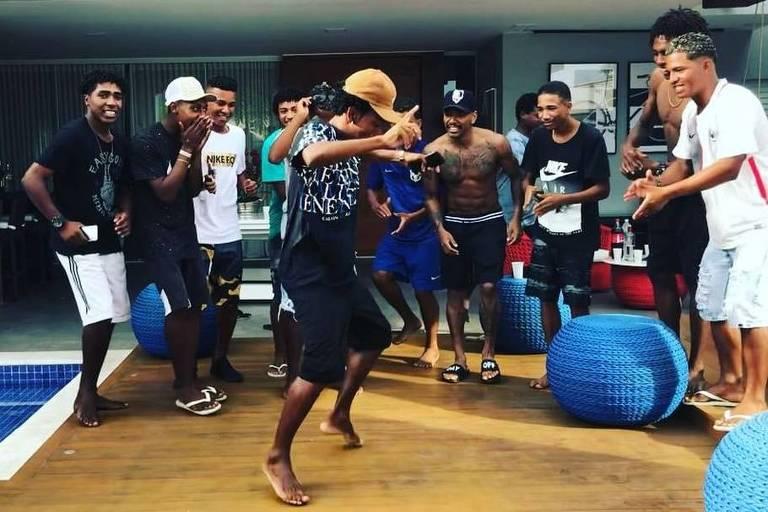 Nego do Borel faz festa em casa para vendedores ambulantes
