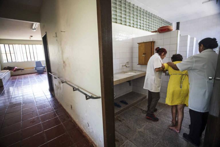 Paciente recebe atendimento em ala do Centro Hospitalar Psiquiátrico de Barbacena (MG)