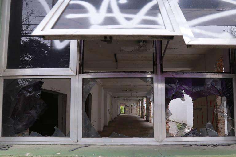 Hospital na Vila Carrão abandonado