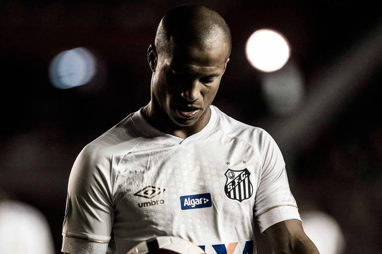 Carlos Sanchez durante jogo do Santos