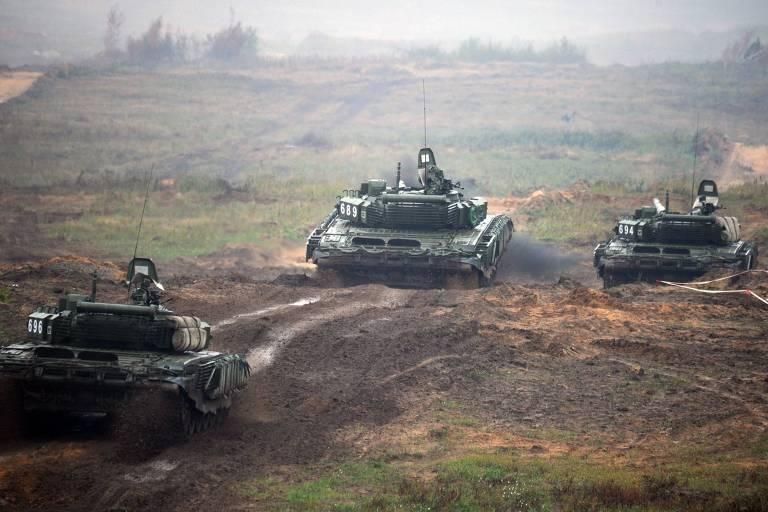 Tanques russos atravessam terreno durante o exercício militar Zapad (Ocidente), realizado no ano passado