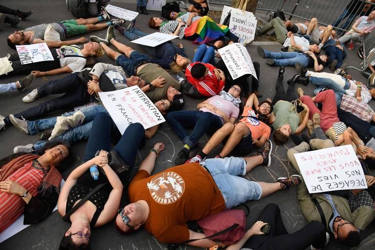 Protesto em Paris contra a sugestão do papa Francisco de que crianças gays devem ter ajuda psiquiátrica