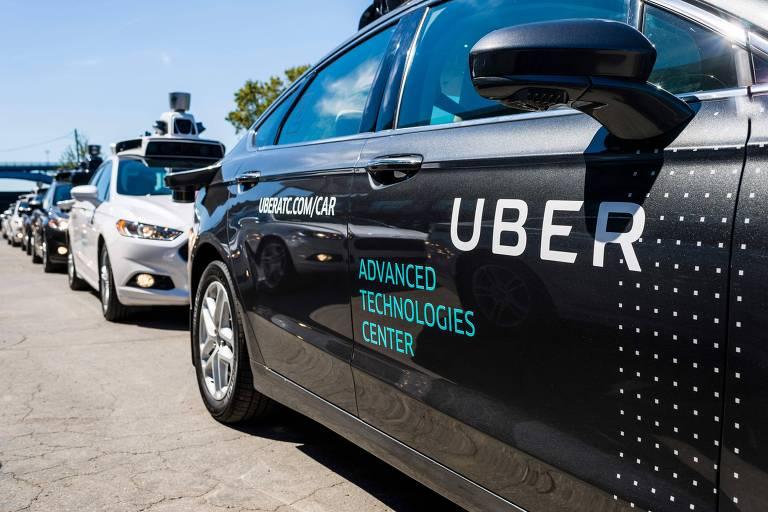 Carros da Uber estacionados em Pittsburgh, nos EUA