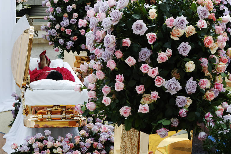 O corpo de Aretha Franklin em um caixão de ouro, durante seu funeral