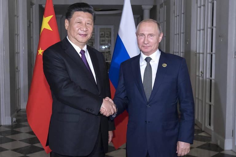 Xi Jinping e Vladimir Putin se cumprimentam durante encontro na África do Sul
