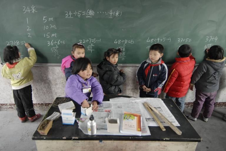 Crianças resolvendo problemas matemáticos