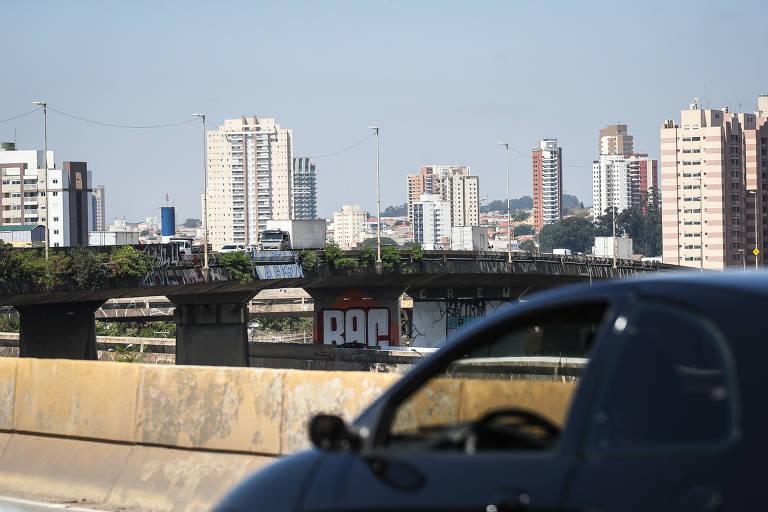 Viaduto Engenheiro Alberto Brada, na zona leste de São Paulo, conta com sinais de degradação como pichações e vegetação aparente