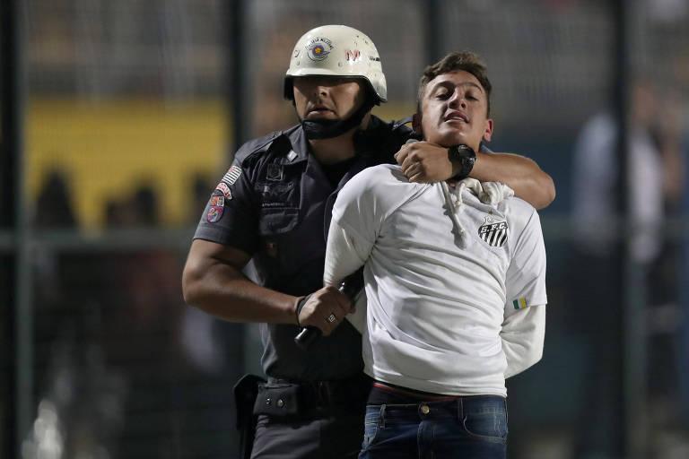 Torcida do Santos entra em confronto e jogo contra o Independiente é encerrado