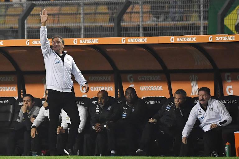 Cuca gesticula durante a partida contra o Independiente, pelas oitavas de final da Copa Libertadores