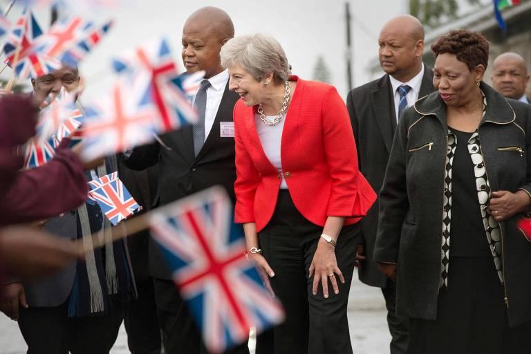 A primeira-ministra britânica, Theresa May, durante visita a uma escola na Cidade do Cabo, na África do Sul, nesta terça (28)