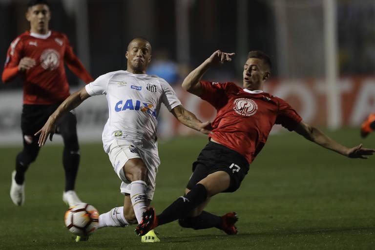O uruguaio Carlos Sánchez em ação contra o Independiente, nesta terça (28), no Pacaembu